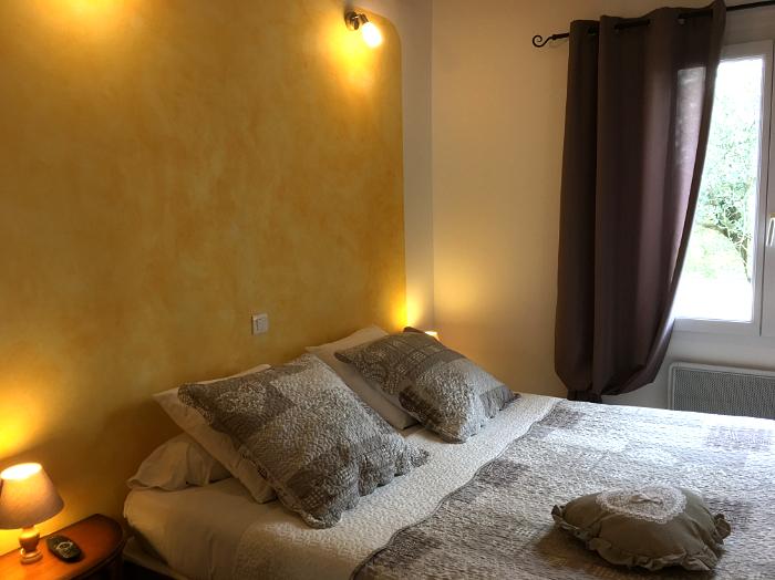 chambre tournesol chambres d 39 h tes pr s du lac de sainte croix du verdon. Black Bedroom Furniture Sets. Home Design Ideas